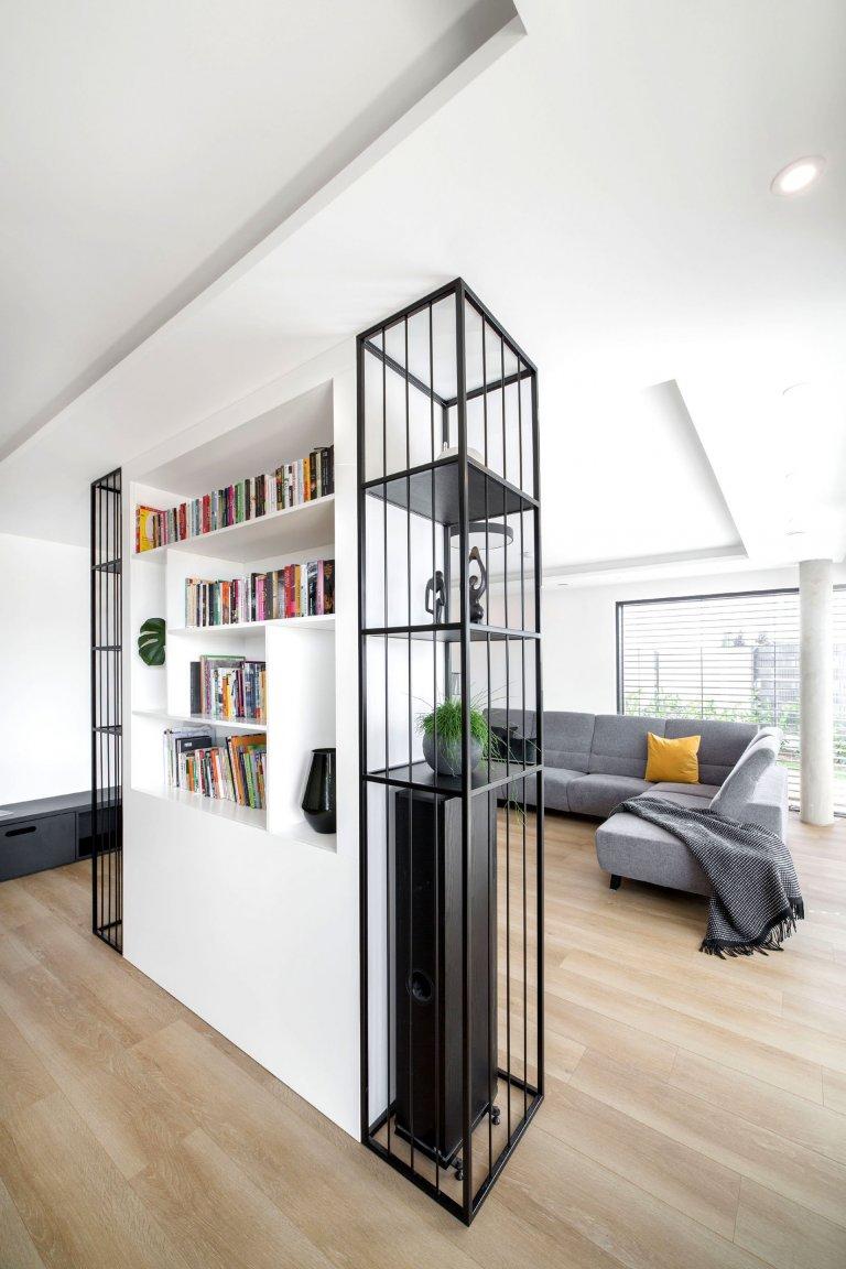 Jedná se o interiér dvojpodlažní vily v Horoměřicích. Celým domem se prolíná jednoduché minimalistické pojetí. Hlavní obytný prostor je hodně vzdušný,…
