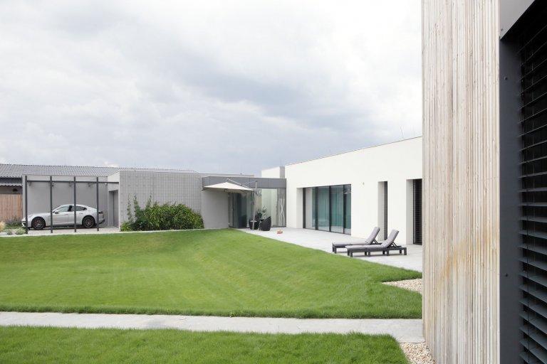 Dům je rozložen do několika jasně čitelných hmot. Otevírá se velkým prosklením na jih do zahrady. Jedná se o moderní architekturu, plně vybavenou současnými…
