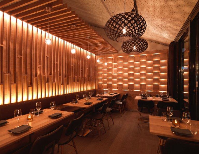 Sushi bar, který si hraje se světlem