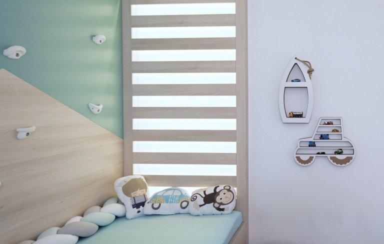 Dětský pokoj vrodinném domě byl navržen jako hravý prostor pro malého školáčka. Bohaté úložné prostory se skrývají vnenápadné skříňové stěně, proti…