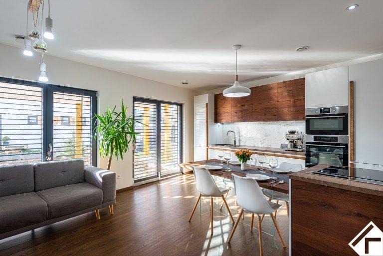 Jednoduchá a elegantní. Dominantou této kuchyňské linky je bezesporu dřevo v podobě drásané dýhy použité na horních skříňkách a jídelním stole, tak masivní…