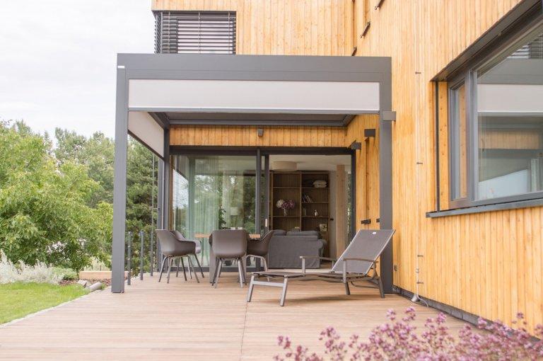 Hlavním požadavkem byl moderní dům, který reaguje na venkovský způsob života. Klíčovou roli sehrál požadavek, aby co nejvíce využil svažitosti terénu a…