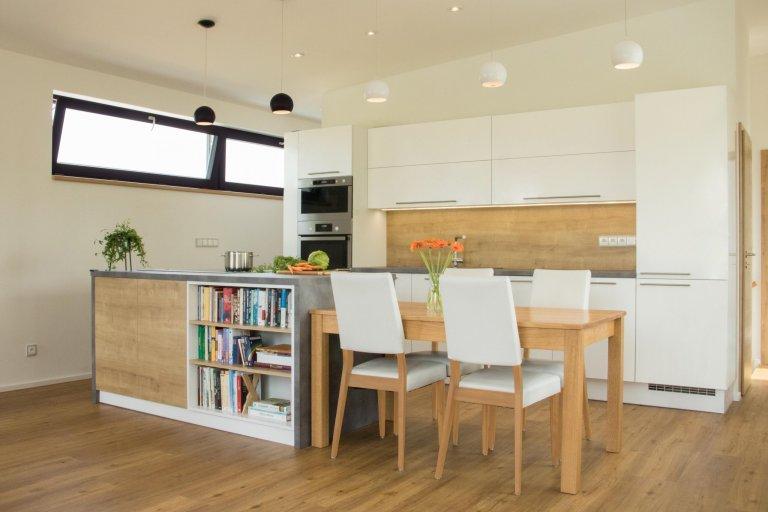 Kuchyně a schodiště v novostavbě
