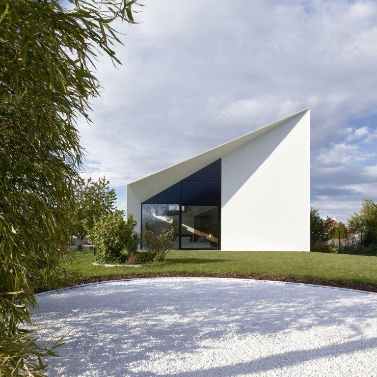 Atypický dvoupodlažní dům s unikátní střechou