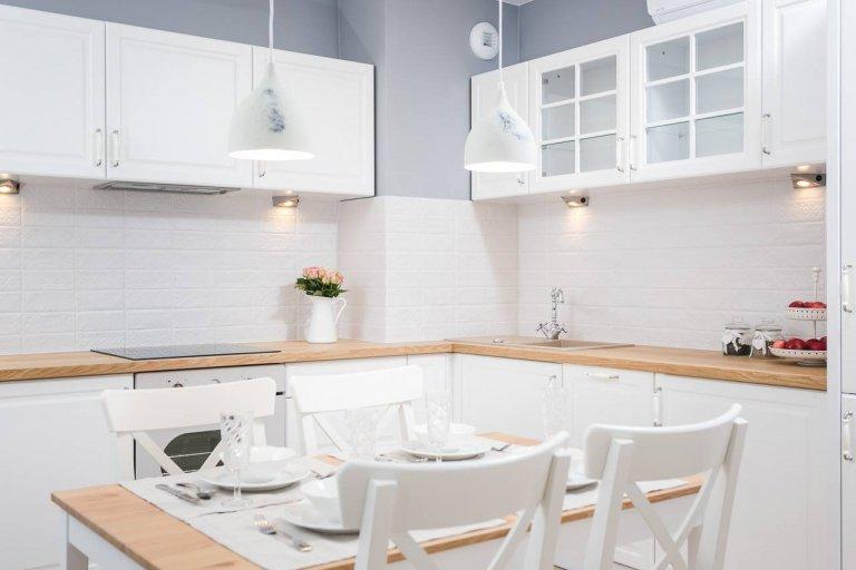 Úchvatně přitažlivé, jemné a útulné bydlení vzniklo na ploše 50 m2 pod taktovkou profesionálů ze společnosti Justyna Lewicka Design. Provensálský styl se v tomto zbrusu novém interiéru uplatnil na jedničku jak v případě něžně vyhlížející bílé barvy, tak díky elegantním prvkům jakoby ze zámku.