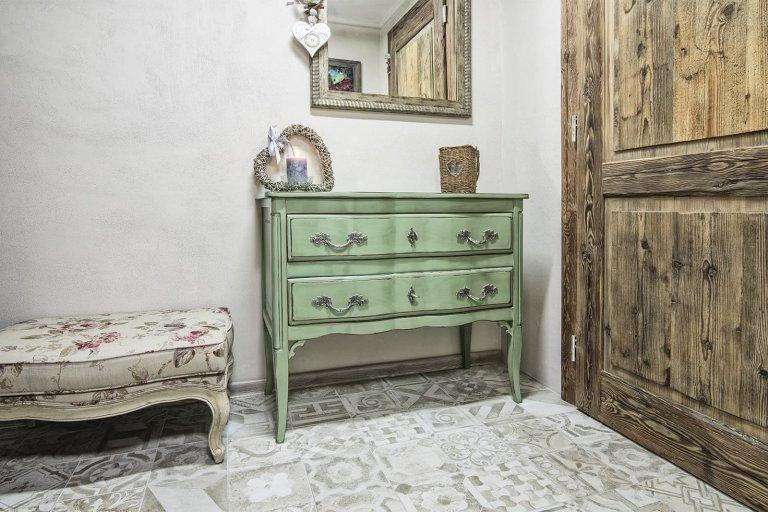 Centrum Bratislavy ukrývá naprosto úchvatný byt s kouzlem francouzského venkova. Spojuje v sobě typickou atmosféru Provence a historické části velkoměsta. Přechodné bydlení s výrazně romantickým dojmem dýchá jemností, elegancí, noblesou. Je tak dokonalým útočištěm před stresem všedních dnů, kterému nechybí notná dávka inspirace a uměleckých prvků.