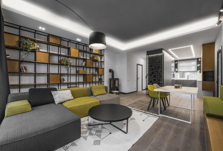 V jedné z ulic litevského Vilniusu se nachází byt, který si prošel výraznou proměnou. Ačkoliv jsou některé z jeho místností hodně malé, zachovávají si díky minimalistickému stylu vzdušnost. Interiér přitom zdobí řada originálních řešení a žlutých akcentů.