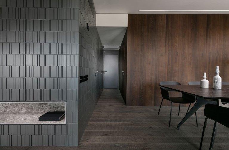 Dnes se přesvědčíme o tom, že i minimalisticky zařízený byt plný výrazných kontrastů může být cool domovem nejen pro muže. Koktejl béžových, hnědých a šedých tónů s černými akcenty se může stát zajímavou inspirací pro kohokoliv, kdo rád kombinuje strohost s útulností a ozdobnými prvky.