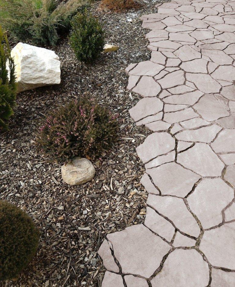 Cesty a chodníčky jako okrasný i funkční prvek zahrady