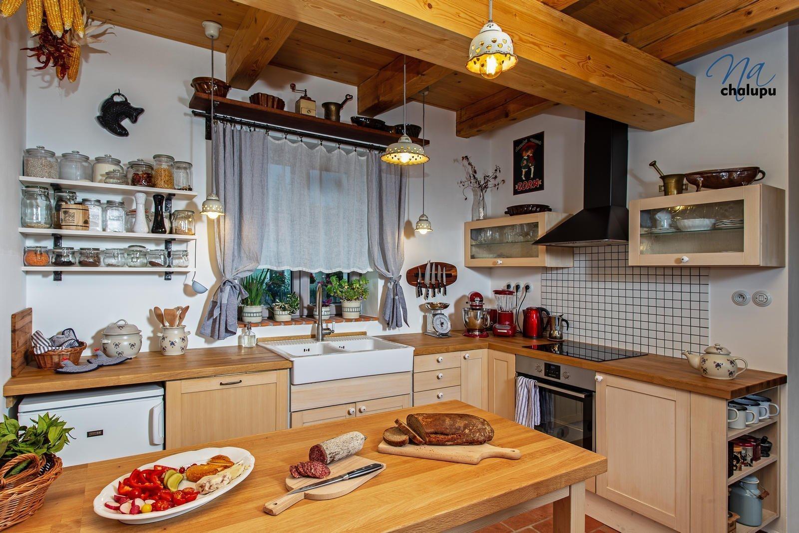 Kuchyň není nijak velká, dvěma lidem ale bohatě stačí