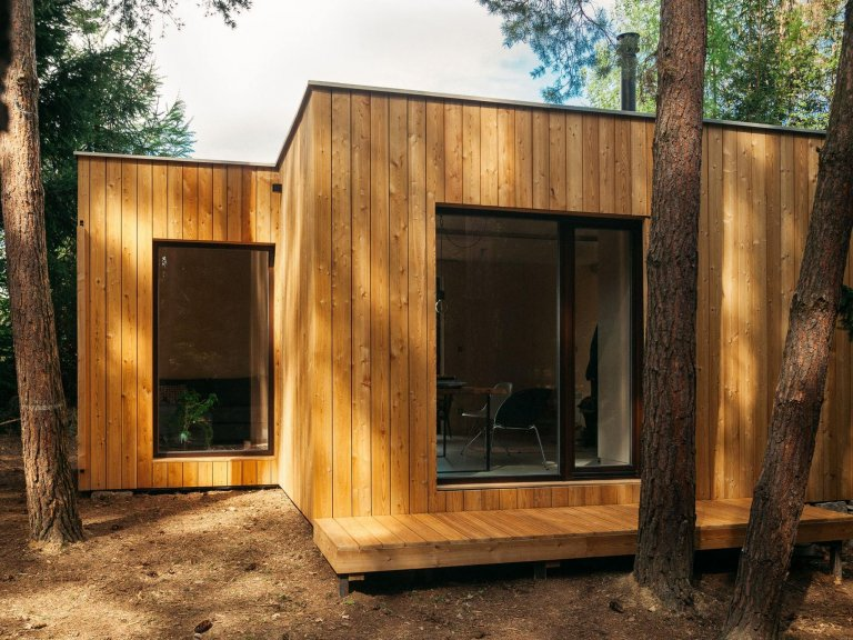Chata z kontejneru připomíná moderní dřevostavbu