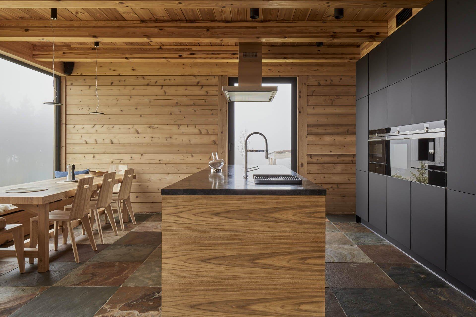 Dokonalý domov na horách spojující masivní dřevo, kámen a sklo