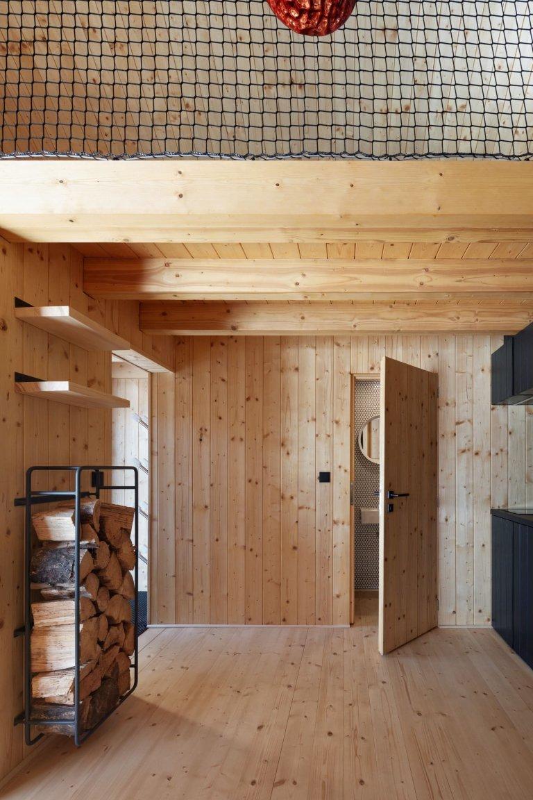 Dřevěná chata v Krkonoších obložená plechem