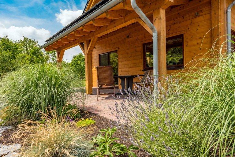 Dřevěný dům plný zeleně