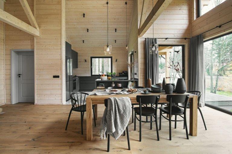 Dřevěný dům uprostřed lesa z touhy po blízkosti přírody