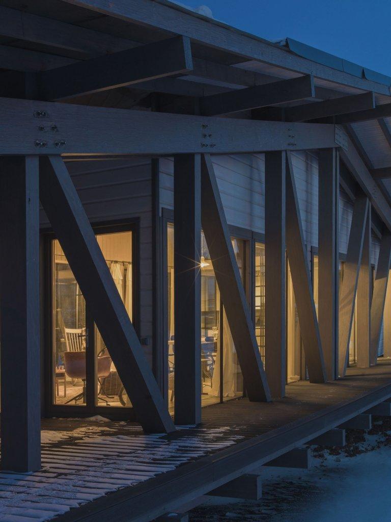 Dům, který nyní navštívíme alespoň virtuální cestou, je ukázkou toho, že v architektuře není nic nemožné. Tento originální dům vypadá jako prosklený most spojující dva břehy řeky. Zaujme svým podélným tvarem, ale i bydlením, které připomíná jeden velký ateliér.