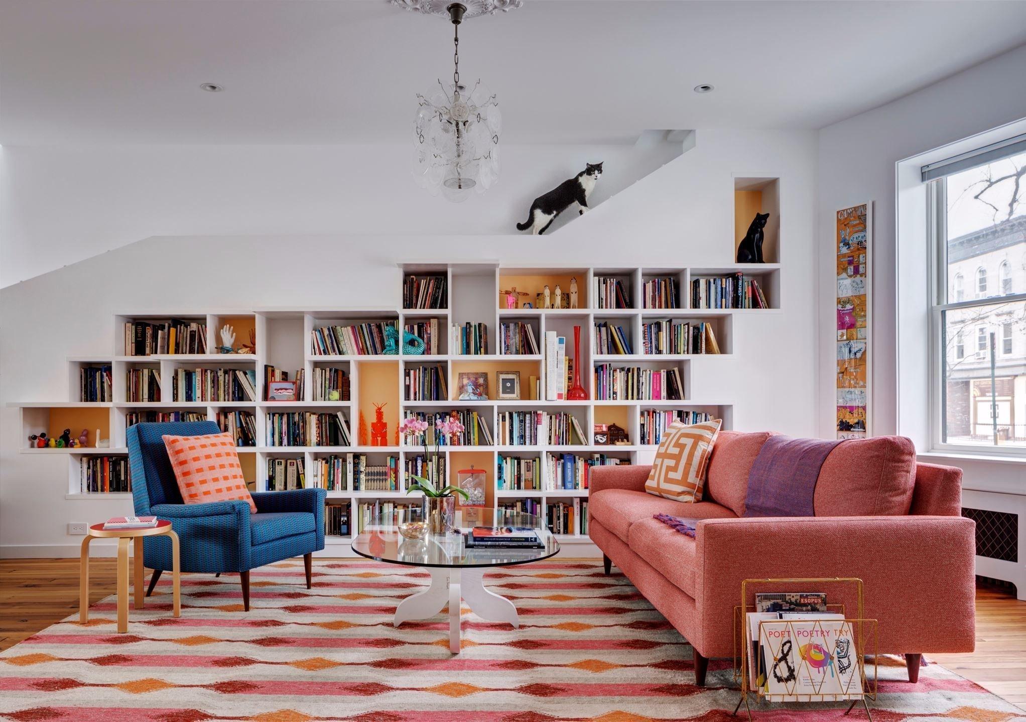 V poklidné brooklynské čtvrti Windsor Terrace v New Yorku vzniklo díky profesionálům ze studia BFDO Architects naprosto luxusní bydlení pro pár spisovatelů, kteří jsou milovníky knih a umění, ale také dvou roztomilých kočičích kamarádek. Jak se asi všem čtyřem bydlí v řadovém domku plném knih?