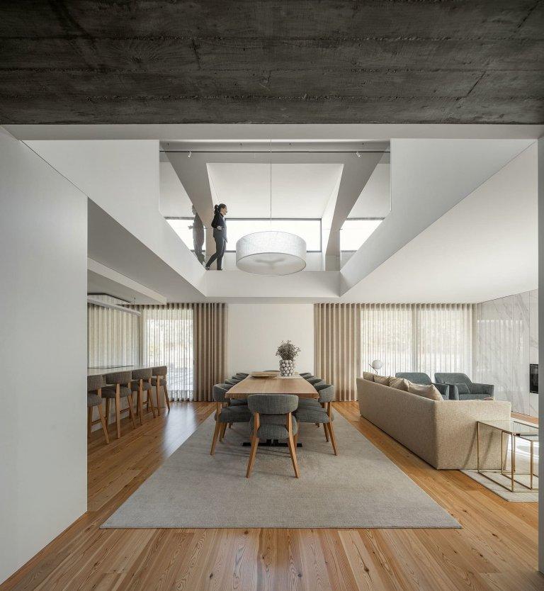 Dům s dřevěnou fasádou a geometrickými světlíky