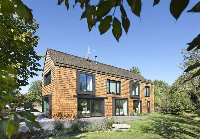Dům se střechou i fasádou ze štípaného šindele