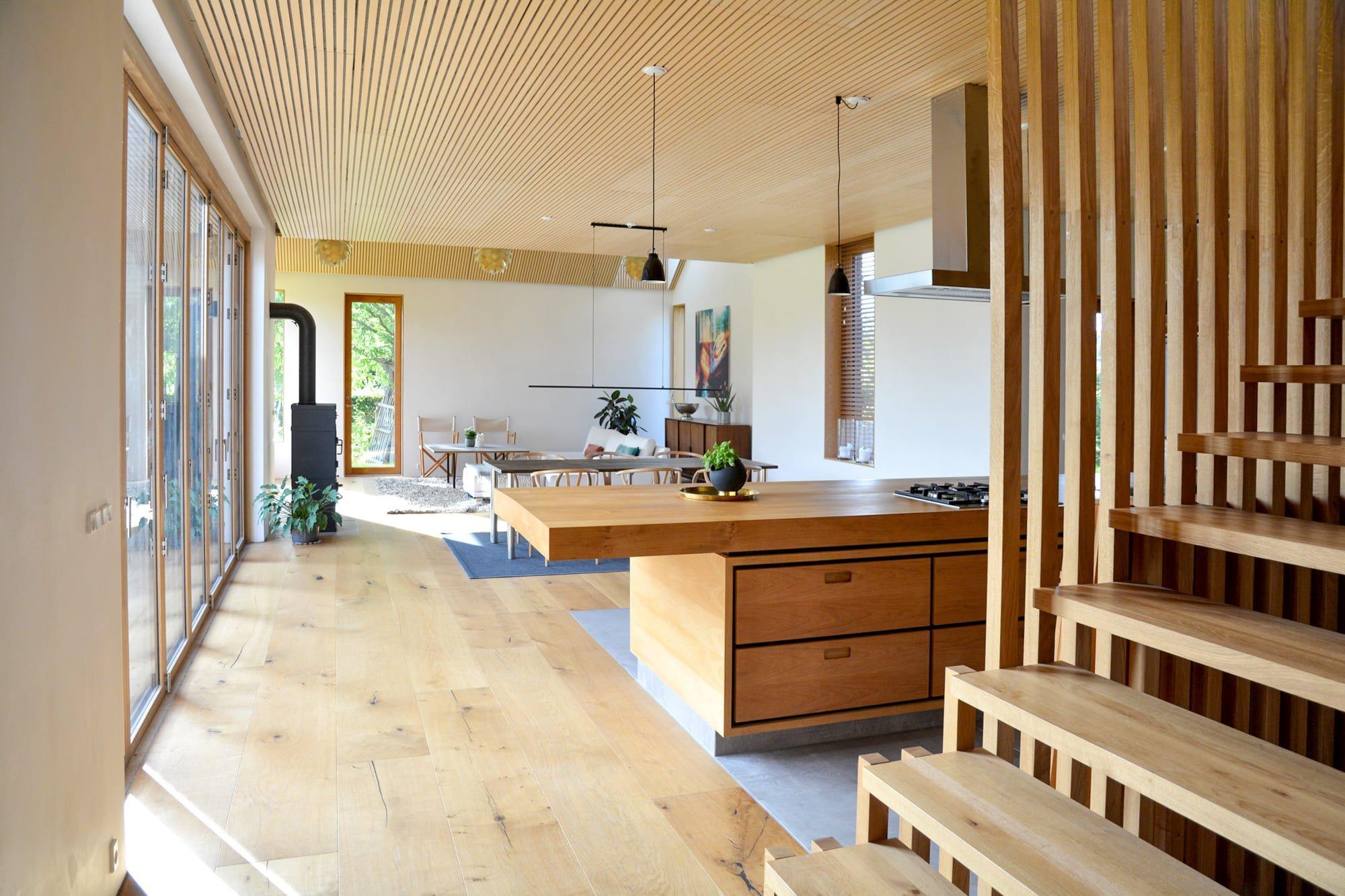 Možnost bydlení uprostřed chráněné přírodní rezervace s výhledem na golfové hřiště naprosto učarovala dánsko-anglické rodině. Na zajímavém pozemku tak vznikl neméně zajímavý rodinný dům, ve kterém se snoubí skandinávský styl s anglickou klasikou.