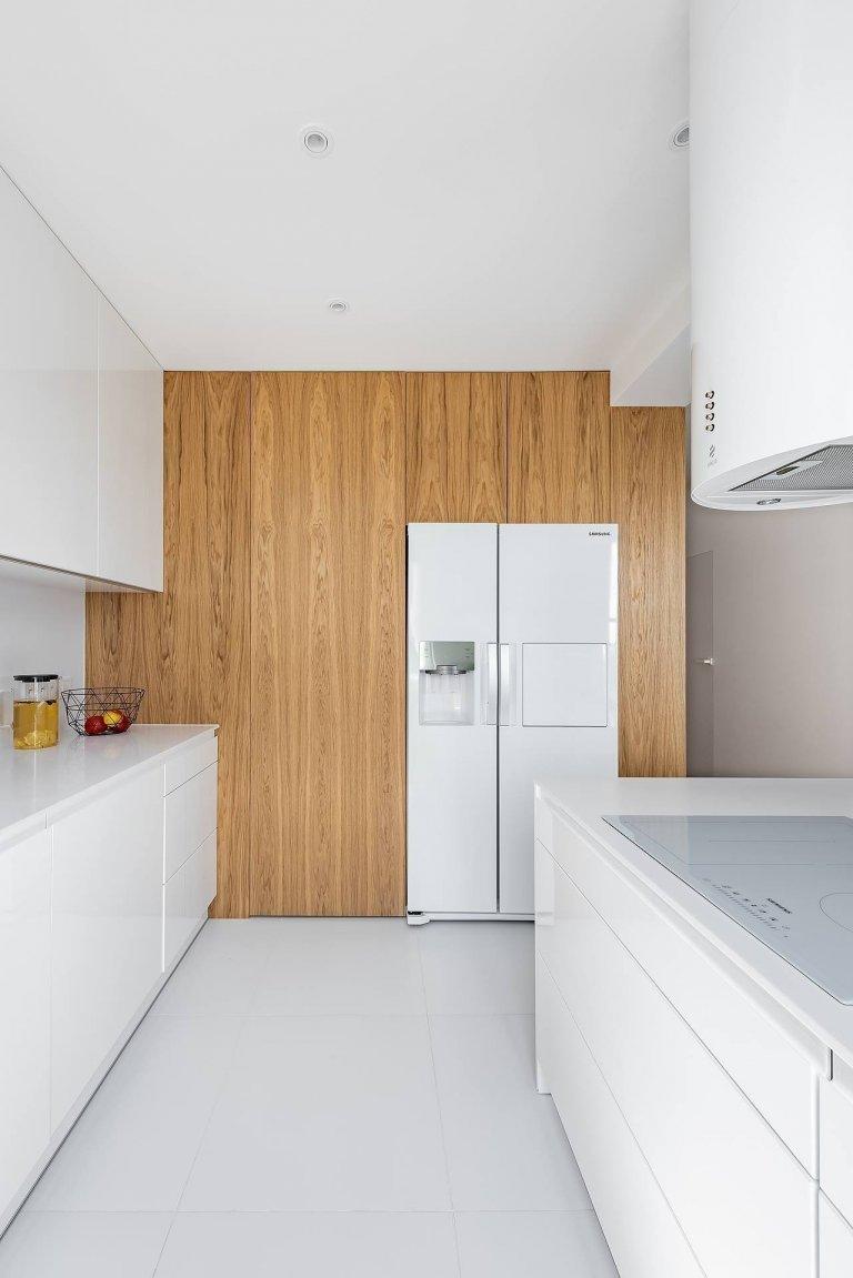 Interiér v bílé s barevnými akcenty