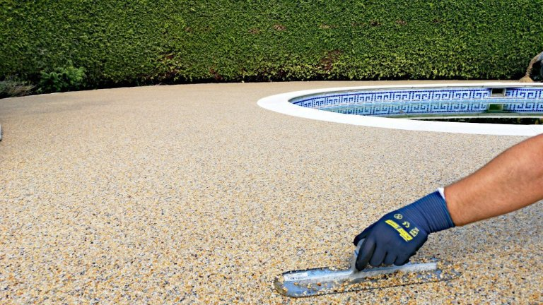 Kamenný koberec při renovaci starých ploch a kolem bazénu