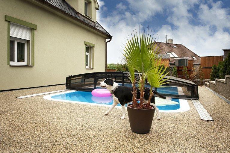 Teplé dny jsou tu za chvíli, tak je nejvyšší čas přemýšlet nad proměnou ploch na vaší zahradě či terase. Pro renovaci starých ploch a pokládku kolem bazénu tak můžete využít třeba skvělých vlastností kamenného koberce z přírodních oblázků. Jedná se totiž o velmi praktickou, ale také estetickou litou dlažbu.