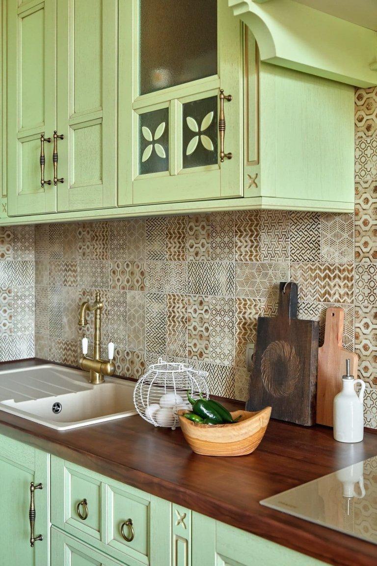Kouzelný byt se světle zelenou kuchyní
