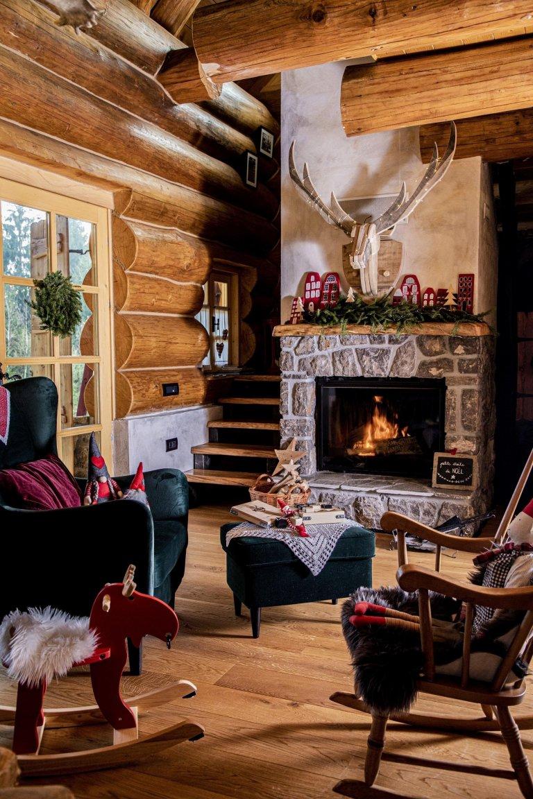 Snad každé stavení získává v průběhu ročních období nezaměnitelný půvab. Obzvláště o vánočním čase se najdou chaloupky a domky, kterým bílý kabát a sváteční nádech neobyčejně sluší. K těm patří i srub v lokalitě Hlevci v Chorvatsku.