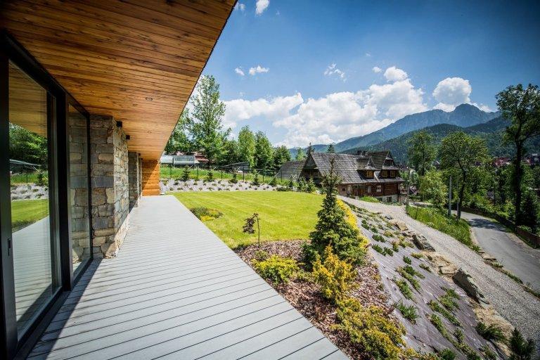 Majitelé si přáli moderní domov, který zúročí především nádherné výhledy do okolní krajiny a poskytne dostatek místa a pohodlí pro rodinu.