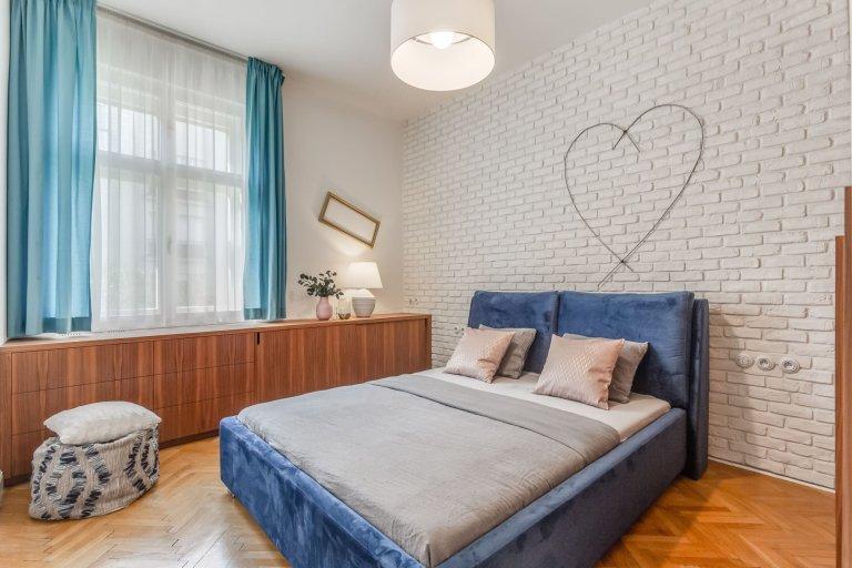 V údolní nivě Vltavy mezi Libní a Novým městem se rozkládá půvabná městská čtvrť Karlín. Přímo v centru této půvabné pražské čtvrti se pak nachází byt, luxusní co do vybavení i světelného komfortu. Jedná se totiž o byt plný slunce i podmanivé dobové atmosféry.