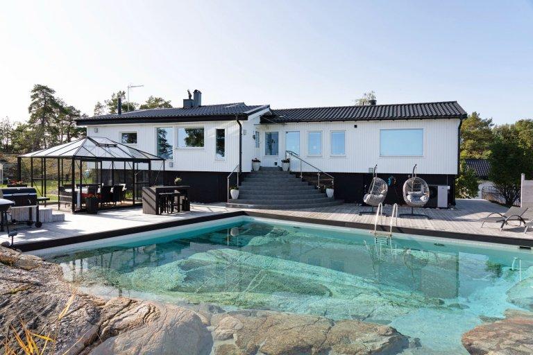 Luxusní dům s bazénem ve skále