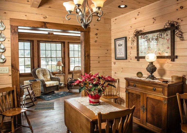 Luxusní srub s interiérem plným starožitných předmětů