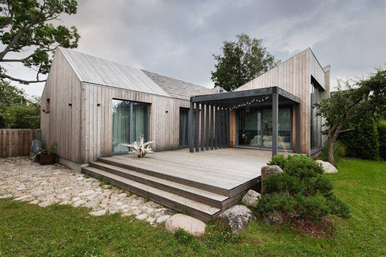 Malý dřevěný dům vsazený do zahrady