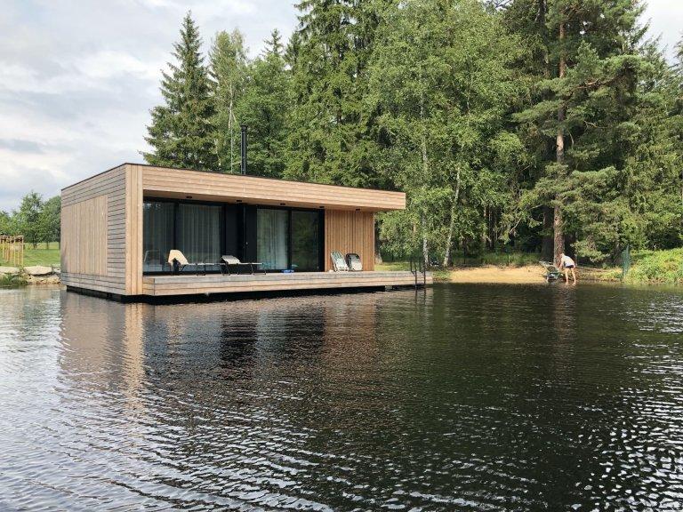 Moderní víkendový dům vznášející se na vodní hladině