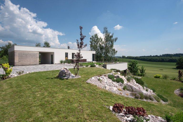 Moderní vila splývá s terénem