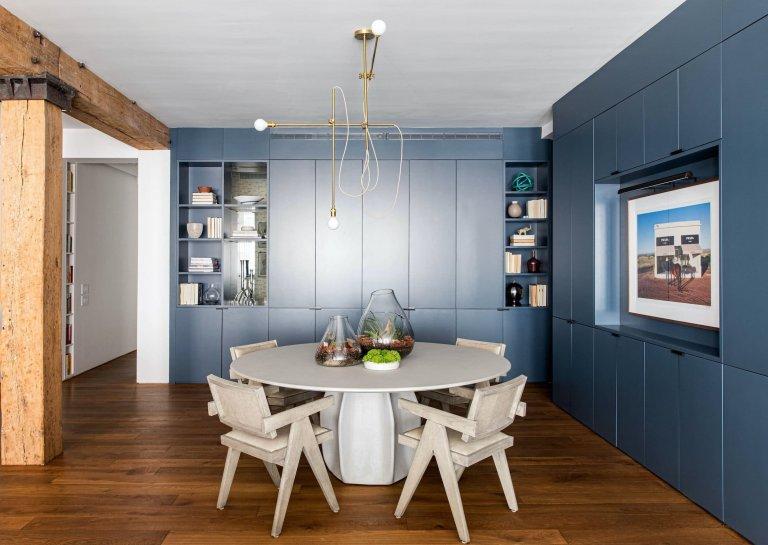 Modré tóny a odhalená cihla loftu v New Yorku