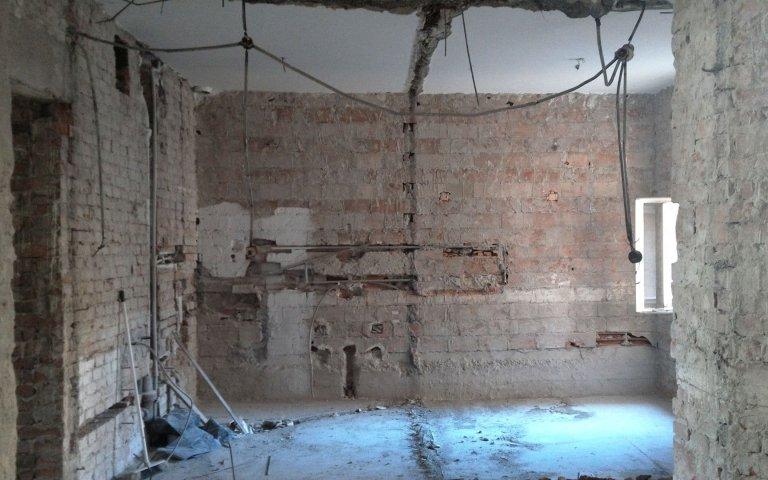 Náročná rekonstrukce poválečného bytu s vysokými stropy