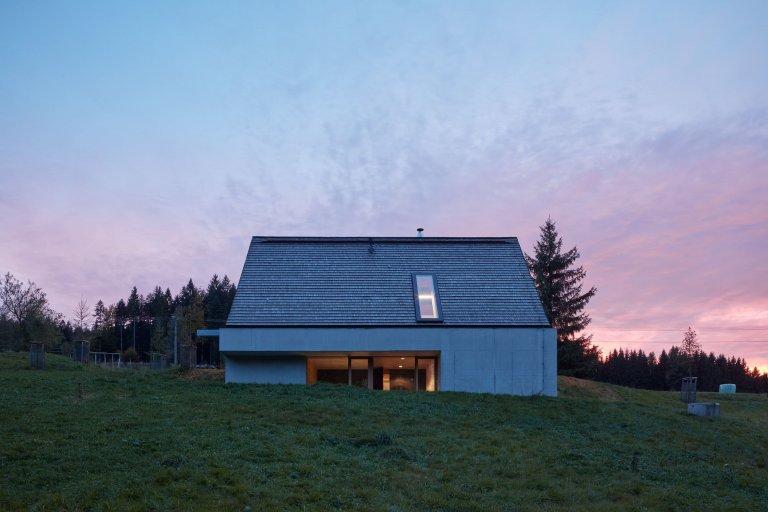 Kreativitě se meze nekladou a tento víkendový dům kombinující původní architekturu s moderní je toho jasným důkazem