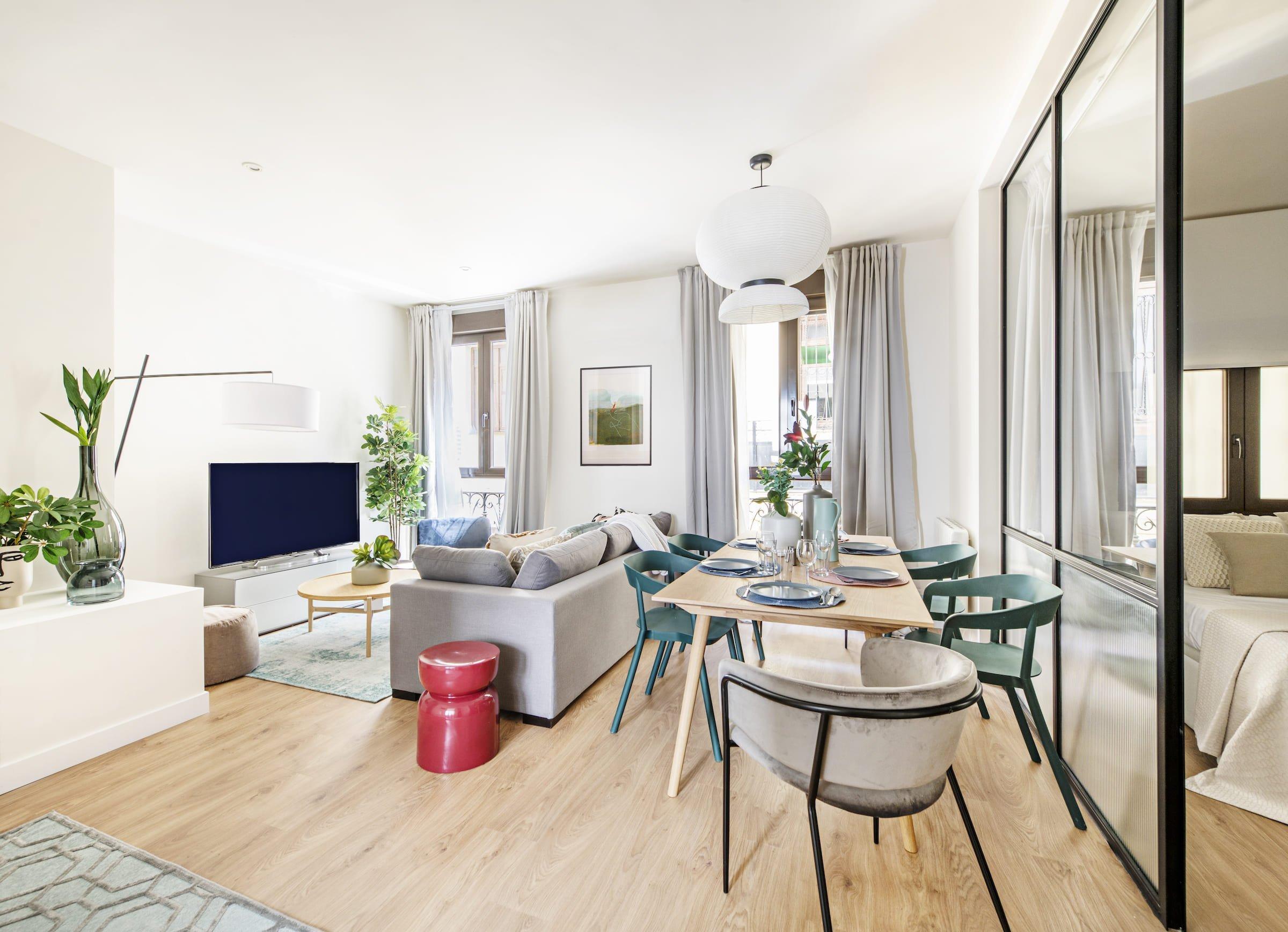 V jednom z madridských bytů došlo k působivé proměně. Díky citlivé rekonstrukci a důmyslné hře s materiály vzniklo nápadité bydlení, v němž je každý kousek využit na maximum.