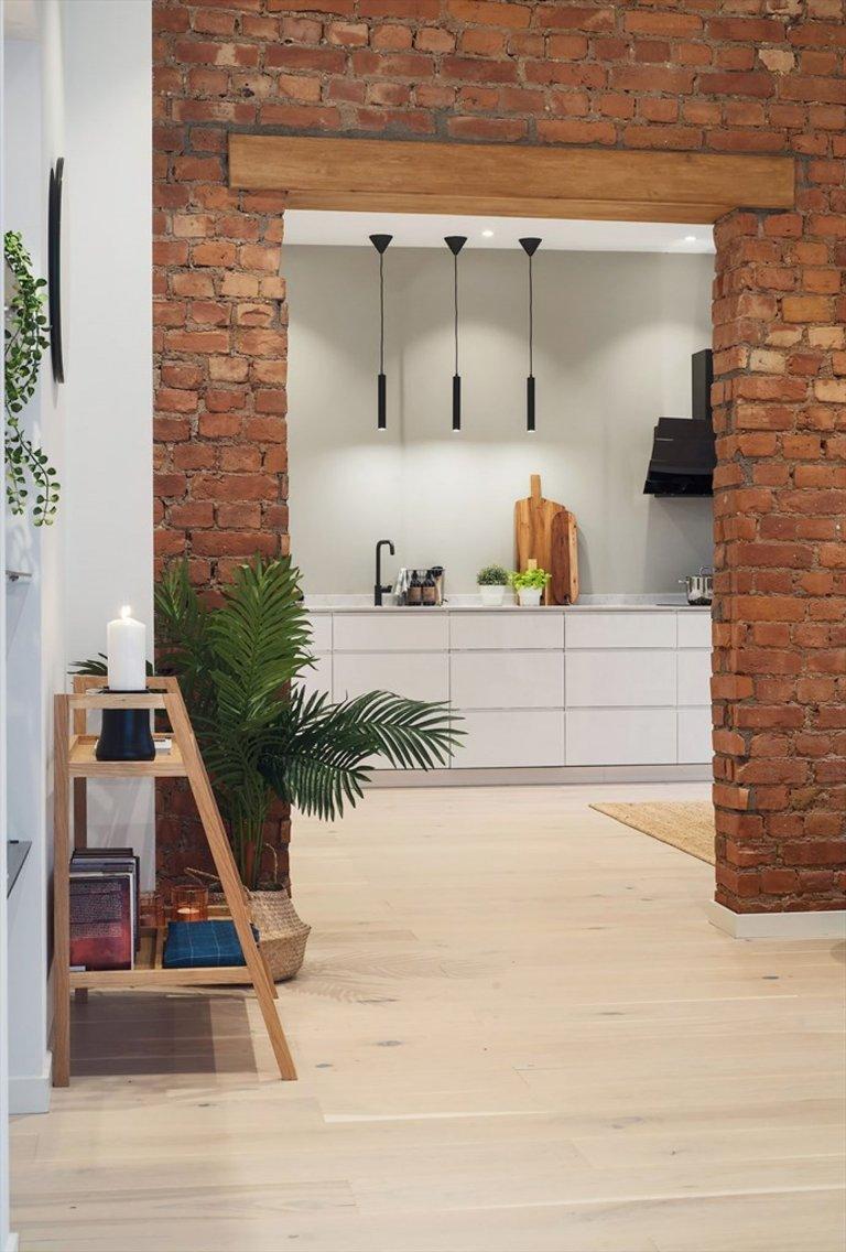 Čisté linie, elegantní minimalismus, vzdušnost a severský nádech – to všechno v sobě spojuje bydlení v norském interiéru s cihlovou zdí. Vracíme se tak do míst původu skandinávského stylu, dnes už tolik oblíbeného po celém světě. Také tomuto interiéru tak dominují světlé tóny, přírodní materiály a jednoduché siluety, a to v čele s důmyslně pojatou zdí z přiznaných cihel.