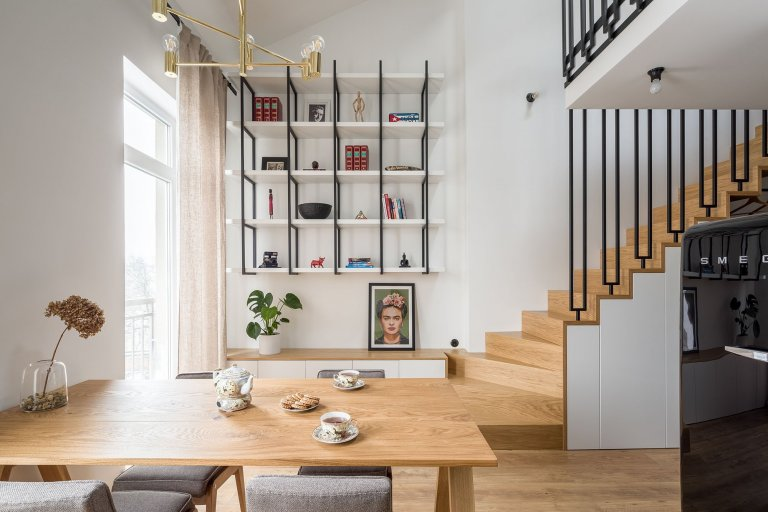 Obývací pokoj přemístěný do mezipatra