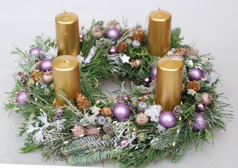 Zase to tak rychle uteklo… Rok se s rokem sešel a za chvíli tu máme Vánoce. Kouzelné období adventu letos začne v neděli 1. prosince a skončí dva dny před Štědrým dnem. Neodmyslitelnou součástí tohoto období vánočních příprav je adventní věnec, který na sebe může vzít celou řadu podob. V našem dnešním článku se tak ve vás pokusíme probudit trochu té inspirace a chuti k vytvoření vlastnoručně vyrobeného adventního věnce.