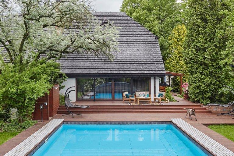 Originální interiér domu s bazénem