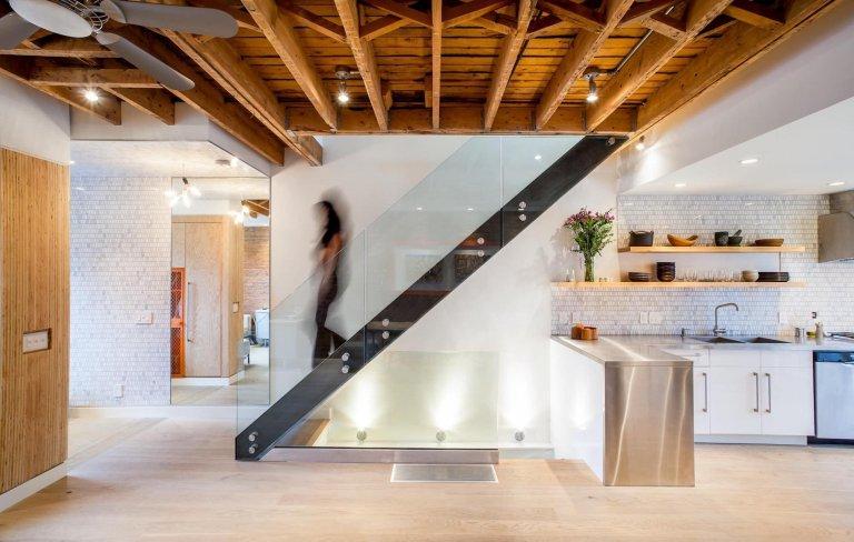 Pěkné a praktické využití místa pod schodištěm