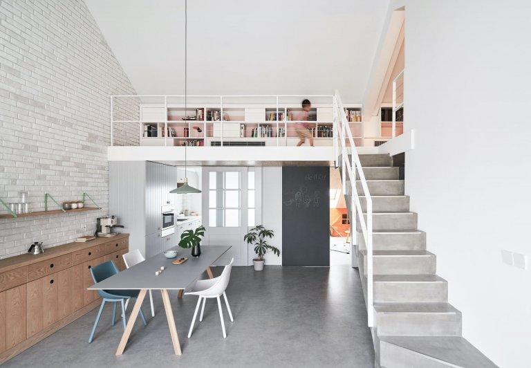 Podkrovní bydlení s galerií v pastelových barvách