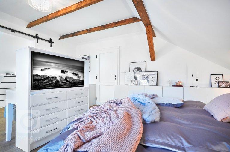Ve zrekonstruovaném podkroví domu z 19. století vzniklo pod taktovkou interiérové designérky Kateřiny Kersey Kratochvílové přitažlivé bydlení pro manželský pár cestovatelů a jejich dceru. Odráží v sobě touhu poznávat nové i vracet se ke starému. Vydejte se spolu s námi na návštěvu moderně zařízeného domu se smyslem pro sentiment.