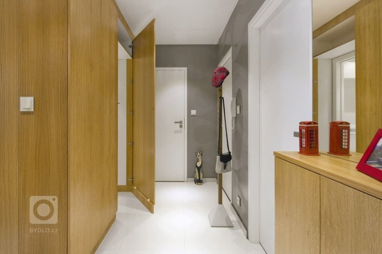 Předsíň je vstupní vizitkou našeho bytu či domu. Vítáme zde návštěvy a je to první místnost, kterou vidíme po příchodu ze zaměstnání. Proto je třeba, aby na nás vůně domova dýchla už z předsíně, kterou je škoda zanedbávat, i kdyby byla sebemenší. Jak si krásně a prakticky zařídit malou předsíň? O tom se dočtete v našem článku.