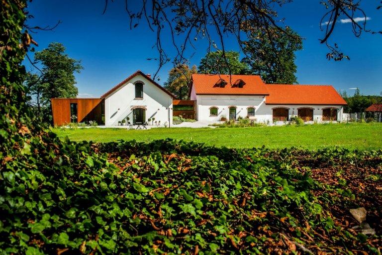 Farma nacházející se nedaleko Krakova byla kdysi součástí majetku benediktinského opatství. Usazená na severních svazích polského města Wieliczka spadá do oblasti, v níž žijí obyvatelé Krakova, kterým se zachtělo bydlet mimo velkoměsto, ale zůstat s ním v kontaktu. Šance na záchranu farmy se zdály být mizivé, přesto se však na ni jednoho dne usmálo štěstí.