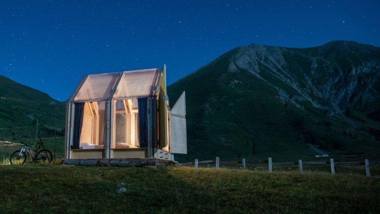 Prosklená chata pod hvězdným nebem italských Alp